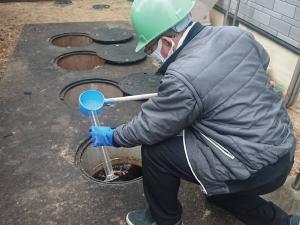 浄化槽の保守点検を行う イハラ産業 の男性